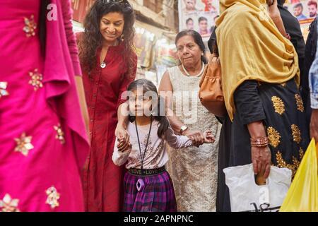 Famille de trois magasins au bazar Banque D'Images