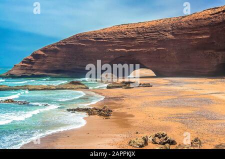 Legzira arches en pierre naturelle spectaculaire atteignant plus de la mer, océan Atlantique, Maroc, Afrique Banque D'Images