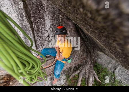 Le grimpeur se repose, l'escalade, le chef Stawamus, le corridor Sea to Sky, Squamish (Colombie-Britannique), Canada Banque D'Images