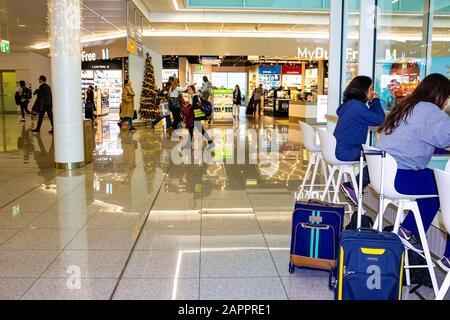 Munich, Allemagne - 12 décembre 2019: Aéroport de Munich le terminal K moderne avec sa boutique hors taxes à Munich, Allemagne le 12 décembre 2019 Banque D'Images