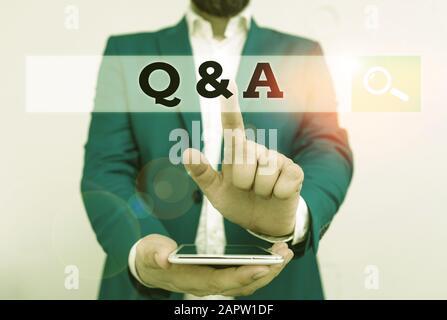 Signe de texte montrant Q Et A. texte de photo d'affaires défini comme questions posées et réponses Homme D'Affaires dans la suite bleue avec le dessus de tour pointant avec f Banque D'Images