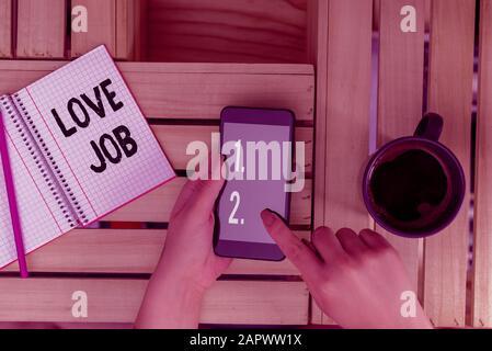 Texte de l'écriture l'écriture d'amour. Photo conceptuel conçu pour aider à localiser une tâche qui n'est bon pour nous l'ordinateur femme mug verre smartphone Banque D'Images