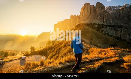 Homme voyageur randonnée seul dans un paysage à couper le souffle des Dolomites Mounatines au lever du soleil en été en Italie. Voyage style de vie Wanderlust aventure conceps Banque D'Images