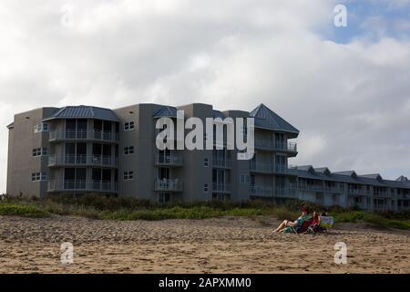 Un couple est à l'écart de l'eau alors qu'ils se détendent à Stuart Beach sur l'île Hutchinson, en Floride, aux États-Unis.