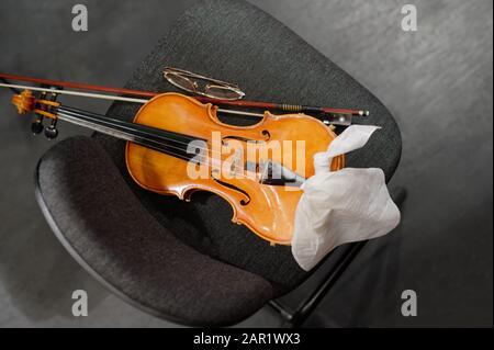 Instruments de musique : violon et arc sur la chaise du musicien Banque D'Images