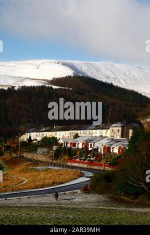 Village de Nant y Moel dans la vallée supérieure d'Ogmore avec chute de neige d'une nuit sur les collines derrière, Mid Glamourgan, Pays de Galles du Sud, Royaume-Uni Banque D'Images