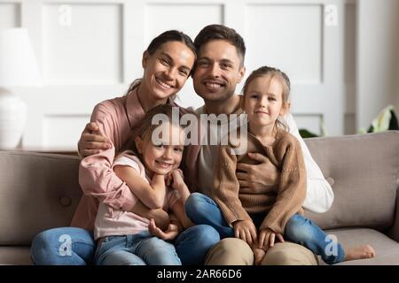 Portrait de famille affectueuse avec des enfants posant à la maison Banque D'Images