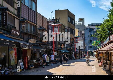 Vue sur Dempoin dori est une rue piétonne typique avec des boutiques de cadeaux dans le quartier de Tokyo Asakusa, près du temple Sensoji. Tokyo, Japon, Août 2019 Banque D'Images