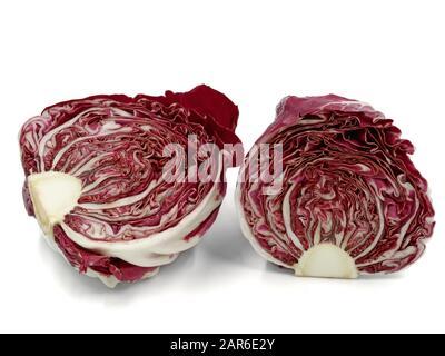radicchio violet en tranches, chicorée de feuilles italienne, isolée sur fond blanc Banque D'Images