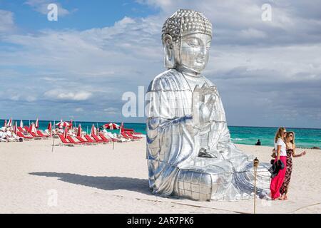 Floride Miami Beach Atlantic Ocean Art Basel week Faena District Quartier culturel Bouddha sculpture monumentale artiste chinois Zhang Huan femme pos
