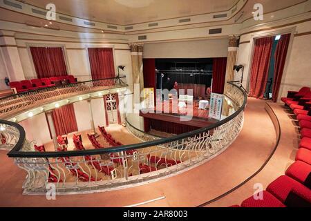 Vue intérieure de l'auditorium et de la scène depuis le balcon du théâtre Dom Pedro V. Macao, Chine. Banque D'Images