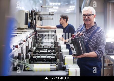 Verser de l'encre dans la machine d'impression industrielle Banque D'Images