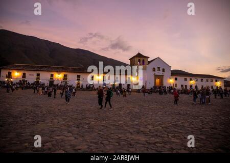 En début de soirée à la Villa de Leyva, Plaza Mayor en regardant vers le début du XVIIe siècle Notre Dame de l'église Rosaire. Banque D'Images
