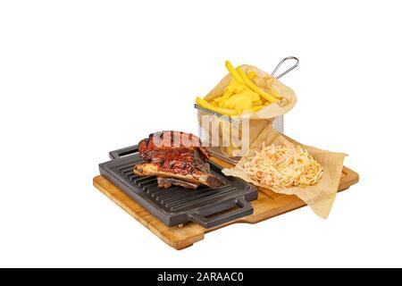Faites glisser les côtes de porc du barbecue avec des frites et une salade de chou Banque D'Images