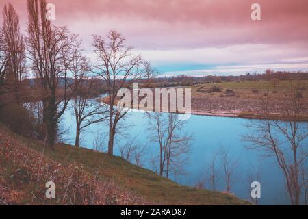 Paysage rural. Rivière avec une rive raide en automne. Belle nature Banque D'Images