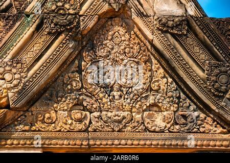 Au-dessus de la sculpture ornée d'une porte à la citadelle des femmes Banteay Srei, Siem Reap, Cambodge Banque D'Images