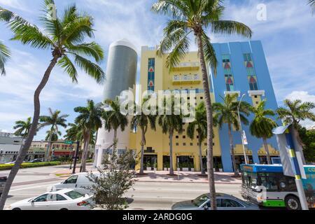 Vue sur les bâtiments de la 5ème rue et de l'avenue Washington, South Beach, Miami, Floride, États-Unis d'Amérique, Amérique du Nord Banque D'Images