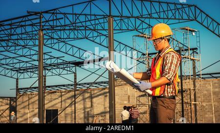 Les ingénieurs discutent avec les architectes du plan de travail sur le chantier