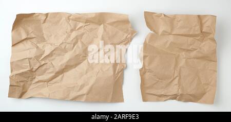nettoyez la feuille de papier d'artisanat marron déchirée sur un fond blanc, modèle pour le concepteur.
