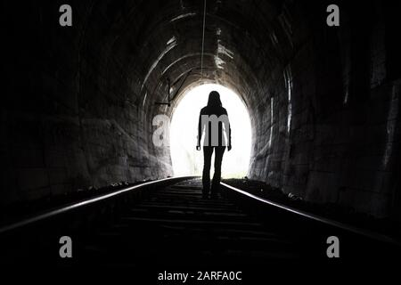 Sortez de darknes - Light au bout du tunnel. Banque D'Images