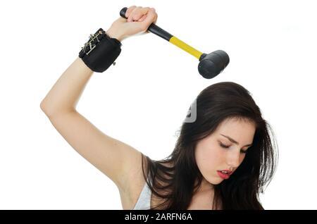 Modèle féminin, attitude forte. Jeune femme de Pologne tenant marteau dans sa main. Banque D'Images