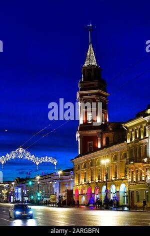 Lumières de Noël à Nevsky Prospect, tour de la Douma, Saint-Pétersbourg Russie. Banque D'Images