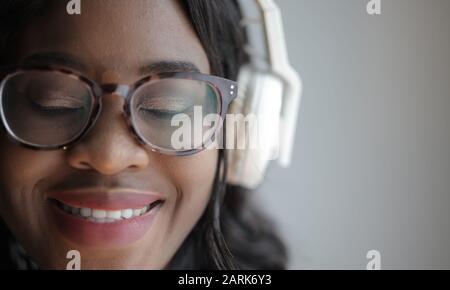portrait d'une fille écoutant de la musique avec un casque Banque D'Images