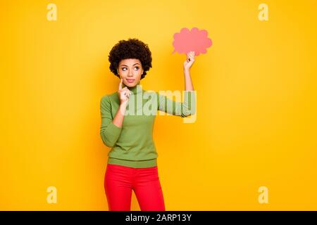 Photo de la pensée méditant la femme intéressée dans le pantalon rouge regardant dans le nuage rose de pensées pensant à de nouvelles idées isolé couleur de fond vibrante