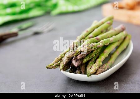 Gros asperges sur fond sombre avec espace de copie. Concept de nourriture végétalienne saine. Manger propre.