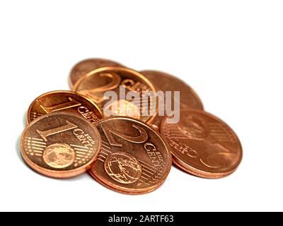 Petites pièces en euros cent isolées sur fond blanc Banque D'Images