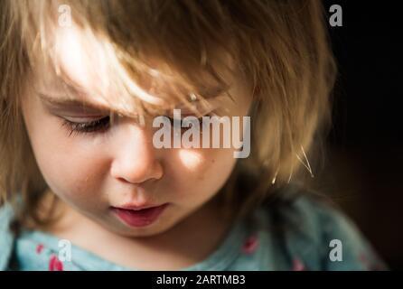 Portrait de très doux petit enfant avec de grands yeux. fille de bébé de 2 ans