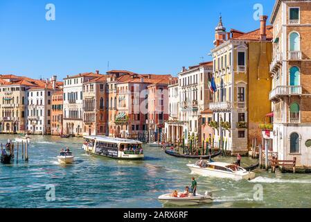 Venise, Italie - 21 mai 2017 : panorama ensoleillé du Grand Canal avec bateaux touristiques à Venise. Le Grand Canal est l'une des principales attractions touristiques de Venise.
