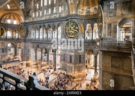Istanbul - 25 Mai 2013 : À L'Intérieur De La Basilique Sainte-Sophie Ou D'Aya Sofya À Istanbul, En Turquie. C'est un point de repère important d'Istanbul. Panorama de l'ancienne basilique Sainte-Sophie