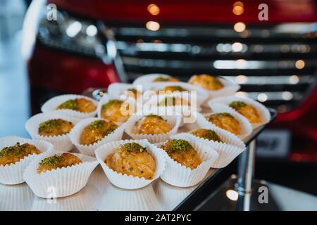 Baklava traditionnelle sur une table blanche. Baklava traditionnelle sur une table blanche. Le dessert le plus délicieux. Banque D'Images