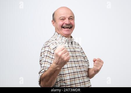 Beau moyen age homme heureux et excité célébrant la victoire l'expression de grand succès, la puissance, l'énergie et des émotions positives. Joyeuse fête nouvel emploi Banque D'Images