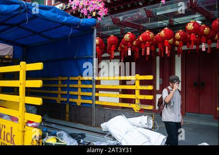 23.01.2020, Singapour, République de Singapour, Asie - un homme passe devant le temple de la dent du Bouddha dans le quartier chinois. Banque D'Images
