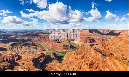 Magnifique vue panoramique sur les falaises et les canyons pittoresques du parc national de Dead Horse point avec les méandres du fleuve Colorado en été, Canyonlands, Utah USA Banque D'Images