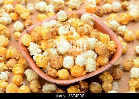 Popcorn caramel dans le bol sur la table Banque D'Images