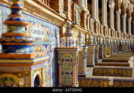 Le long du mur 48 alcôves avec conçu sur des azulejos colorés carreaux de céramique peints bancs un pour chaque province d'Espagne, closeup, Plaza de Espana Espagne Banque D'Images
