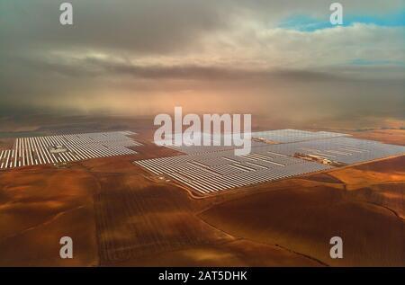 Image aérienne drone point de vue photo Gemasolar Concentré centrale solaire CSP, système génère l'énergie solaire. Séville, Espagne Banque D'Images