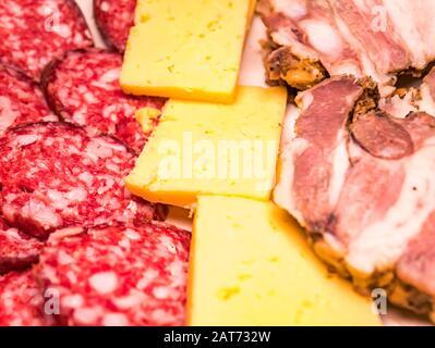 Porc cuit en tranches avec saucisses et fromage dur. Banque D'Images