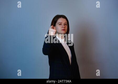 Femme d'affaires confiante et déterminée pointant vers l'expression positive du visage de la caméra. Concept de développement personnel et de motivation. Banque D'Images
