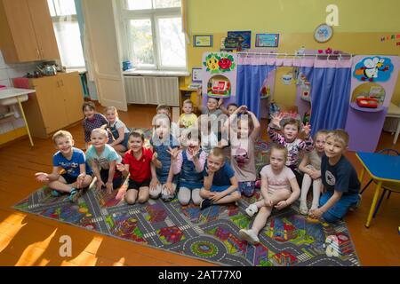 Biélorussie, la ville de Gomil, 25 avril 2019.Journée ouverte à la maternelle. Beaucoup d'enfants à la maternelle. Un groupe de garçons et de filles de six ans. Banque D'Images