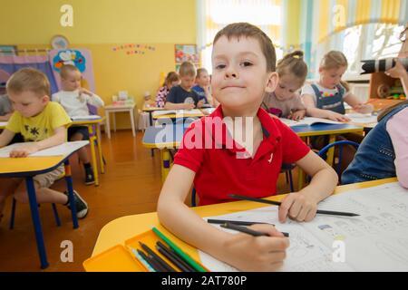 Biélorussie, la ville de Gomel, 25 avril 2019. Ouvert la journée à la maternelle.Boy attire dans la salle de classe.