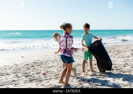 Frère et sœurs s'amuser à la plage