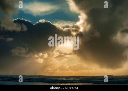 Contexte et espace de copie dans cette image d'assaisonnement de nuages au-dessus de l'océan Pacifique sur la côte de l'Oregon Banque D'Images