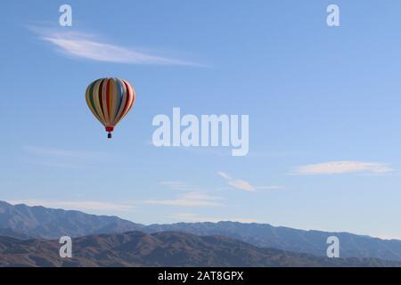 un ciel en montgolfière au-dessus des montagnes et du désert Banque D'Images