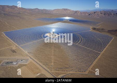 Système de production d'électricité solaire IVANPAH (vue aérienne) (plus grande centrale solaire concentrée que de 2018). Désert de Mojave, Californie, USA. Banque D'Images