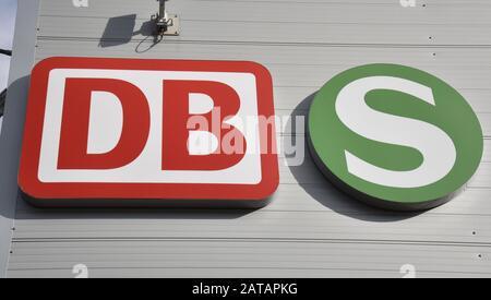 Cologne, Allemagne. 31 janvier 2020. Les logos de la Deutsche Bahn et de la S-Bahn s'accrochent dans un bâtiment. Crédit: Horst Galuschka/Dpa/Alay Live News Banque D'Images