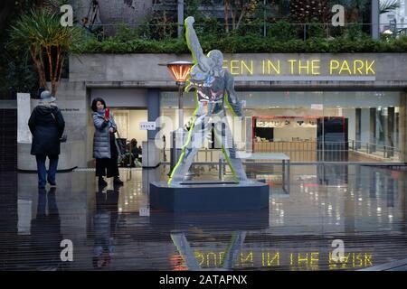 Statue de Freddie Mercury dans le parc Sony Ginza. Il fait partie de l'exposition « Reine dans le parc ». (Janvier 2020)
